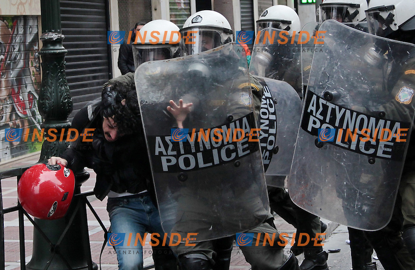 Sciopero Manifestazione  contro i tagli nel settore pubblico e privato.Atene 10/2/2012.GREECE, Athens, February 10th, 2012..Protesters clash with riot police during a 48hrs general strike against new austerity cuts launched by private and public sector workers in central Athens on Friday, February 10, 2012..Protetsrs threw stones and molotov coktails at riot police who responded with tear gasses and stunt grenades..Private and public sector launched a 48hrs strike against the new austerity packages agreed by the country's coalition governemnt in return for bailout loans..Foto Insidefoto / Max D. Gyselinck / Anatomica Press .