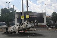 SAO PAULO, SP, 14.03.2014 - CEAGESP - PROTESTO - Manifestantes contrários à cobrança de estacionamento na Companhia de Entrepostos e Armazéns Gerais do Estado de São Paulo (Ceagesp), na Vila Leopoldina, zona oeste de São Paulo, incendiaram dois prédios que seriam da administração, segundo funcionários. Um dos prédios seria o depósito de arquivos e documentos da companhia. O grupo também ateou fogo em um caminhão, um carro, cabines de fiscalização e caçambas. Segundo a Polícia Militar, cerca de 100 pessoas invadiram o entreposto às 11h15. O ato começou por volta das 10h e chegou a reunir 300 pessoas. (Foto: William Volcov / Brazil Photo Press).