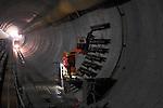 DEN HAAG - In Den Haag zijn medewerkers van bouwcombinatie HTC begonnen met het aanleggen van de dwarsverbindingen in de langst geboorde verkeerstunnel in stedelijk gebied, de Hubertustunnel. De bijna anderhalve kilometer lange verkeerstunnel die onderdeel is van de van de zgn Noordelijke Randweg, krijgt in totaal vijf dwarsverbindingen die het mogelijk maken in geval van onderhoud of nood van de ene naar de andere tunnelbuis te lopen. Omdat de tunnelboormachine momenteel ongeveer twintig meter per dag boort, verwacht men dat het boren van de tweede tunnelbuis eind mei klaar moet zijn. Bouwcombinatie HTC die bestaat uit BAM Civiel, Wayss und Freytag en Van Hattum en Blankevoort. De dwarsverbindingen tussen beide tunnelbuizen worden gemaakt door de bodem met vrieslanzen te bevriezen, de wanden te openen en een betonnen wand te bouwen als looppad. COPYRIGHT TON BORSBOOM