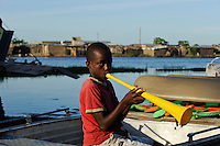 ZAMBIA Barotseland Mongu, Mulamba harbour at river Zambezi floodplain / SAMBIA Barotseland , Stadt Mongu , Hafen Mulamba in der Flutebene des Zambezi Fluss