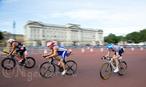 15 SEP 2013 - LONDON, GBR - Competitors pass Buckingham Palace during the bike at the men's ITU 2013 World Age Group Standard Distance Triathlon Championships in London, Great Britain (PHOTO COPYRIGHT © 2013 NIGEL FARROW, ALL RIGHTS RESERVED)