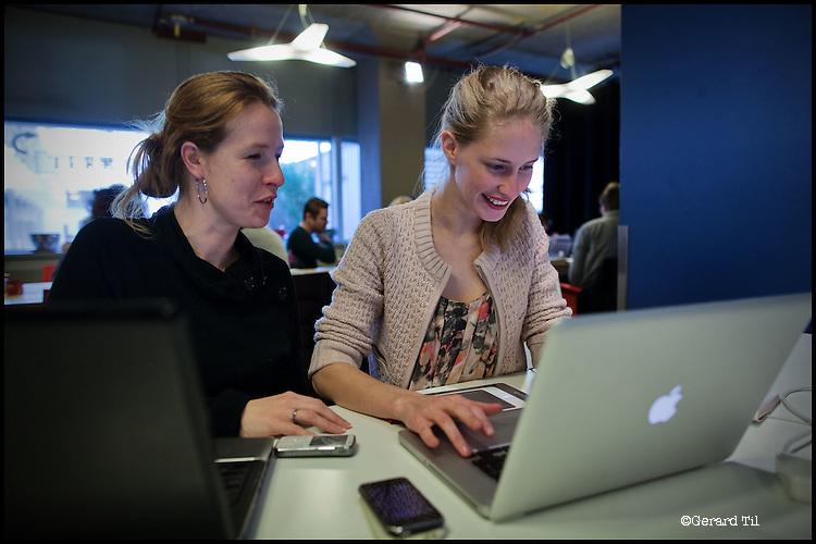 Nederland,Utrecht, 09-02-2011-  Kim Ravers (25) is Visual Writer. Als kunstenaar zzp er runt ze haar eenvrouw bedrijf. Ze heeft een communicatie concept onwikkeld waarbij ze communicatie vraagstukken met een Visual , getekende illustratie, zichtbaar maakt in plaats van op  de traditionele manier met gebruik van tekst. Op de foto Kim (R) in Seats 2 Meat met haar boekhouder. Seats 2 Meat is een netwerkplaats / felxwerkplek waar veel zzp ers elkaar ontmoeten. FOTO: Gerard Til