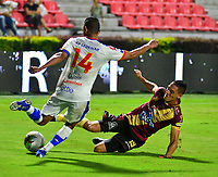 IBAGUE - COLOMBIA, 14-04-2019: Diego Valdés de Deportes Tolima disputa el balón con Ederson Moreno de Deportivo Pasto, durante partido entre Deportes Tolima y Deportivo Pasto, de la fecha 15 por la Liga Águila I 2019, jugado en el estadio Manuel Murillo Toro de la ciudad de Ibague. / Diego Valdes of  Deportes Tolima vies for the ball with Ederson Moreno of Deportivo Pasto, during a match between Deportes Tolima and Deportivo Pasto of the 15th date for the Aguila League I 2019, played at Manuel Murillo Toro stadium in Ibague city. Photo: VizzorImage / Juan Carlos Escobar / Cont.