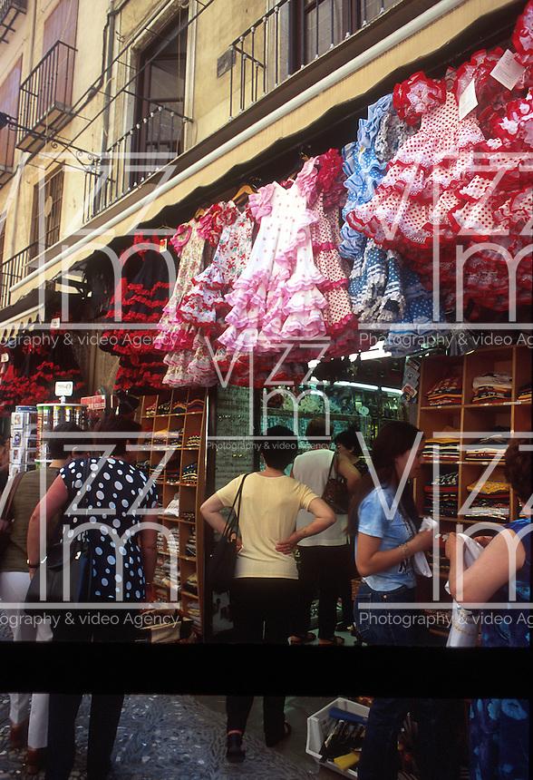 GRANADA- ESPAÑA- 24-06-2005. Venta callejera de trajes y artesanías típicos de Granada, España. Street sale of typical costumes and crafts of Granada, Spain. (Photo: VizzorImage)..
