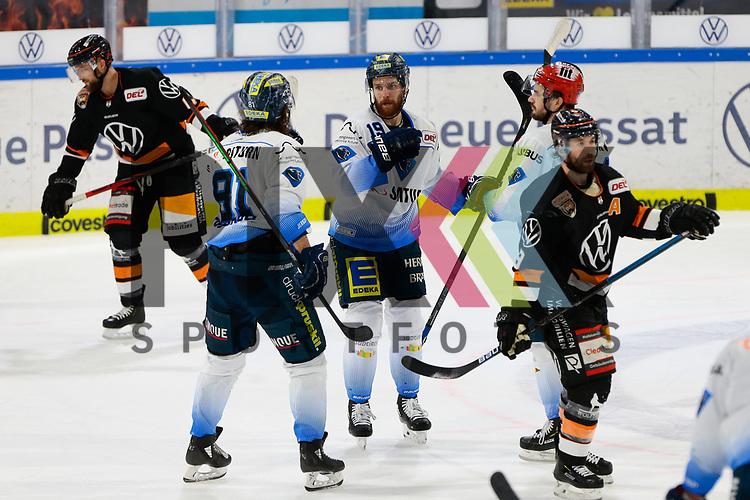 v.l. Brett Findlay (Ingolstadt, 19) nach Tor zum 0:6 Jubel, Torjubel, jubelt ueber das Tor, celebrate the goal, celebration; Wade Bergman (Wolfsburg, 47) und Jeff Likens (Wolfsburg, 9) enttaeuscht, schaut enttaeuscht, niedergeschlagen, disappointed beim Spiel in der DEL, Grizzlys Wolfsburg (dunkel) - ERC Ingolstadt (hell).<br /> <br /> Foto © PIX-Sportfotos *** Foto ist honorarpflichtig! *** Auf Anfrage in hoeherer Qualitaet/Aufloesung. Belegexemplar erbeten. Veroeffentlichung ausschliesslich fuer journalistisch-publizistische Zwecke. For editorial use only.