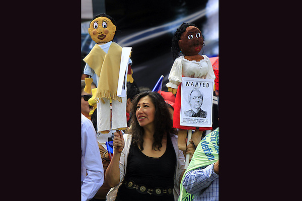 QUI05. QUITO (ECUADOR), 20/08/2012.- Simpatizantes del presidente ecuatoriano, Rafael Correa, participan en una manifestación..hoy, lunes 20 de agosto de 2012, en la afueras del Palacio de Gobierno en Quito (Ecuador). Con pancartas y fotografías del fundador del portal Wikileaks, Julian Assange, los manifestantes apoyaron su respaldo a la concesión del asilo diplomático a Assange. EFE/José Jácome