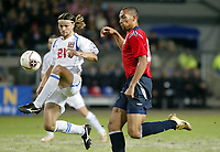 Fotball , 12 . november 2005 , Norge  - Tsjekkia , Play off<br /> Norway - Czech Republic 0-1<br /> Tomas Ujfalusi , Tsjekkia og John Carew , Norge<br /> Norvegia Repubblica Ceca 0-1<br /> Andata Playoff qualificazioni mondiali 2006<br /> Photo Digitalsport / Insidefoto<br /> ITALY ONLY