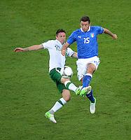 FUSSBALL  EUROPAMEISTERSCHAFT 2012   VORRUNDE Italien - Irland                       18.06.2012 Robbie Keane (li, Irland) gegen Andrea Barzagli (re, Italien)
