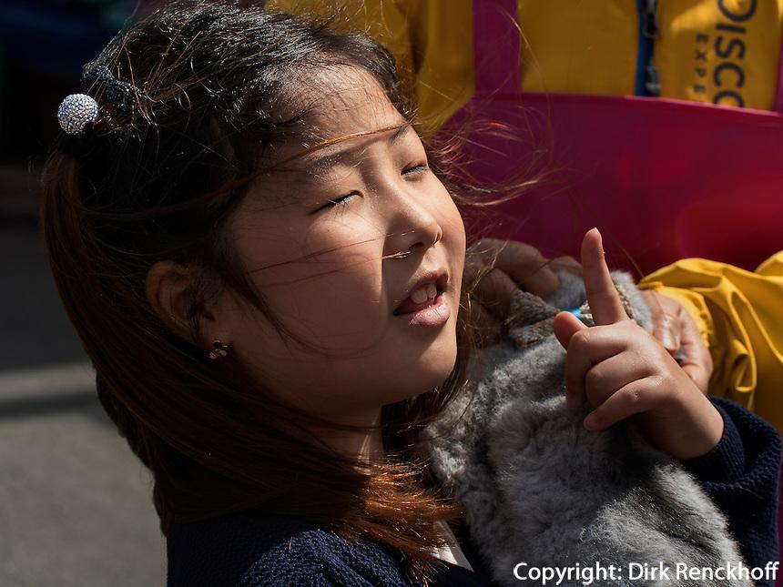 M&auml;dchen mit Schmusetier auf dem Jagalchi-Fischmarkt, Busan, Gyeongsangnam-do, S&uuml;dkorea, Asien<br /> child at Jagalchi fishmarket, Busan,  province Gyeongsangnam-do, South Korea, Asia