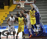 BOGOTA - COLOMBIA: 21-10-2013: Freddy Asprilla (Izq.) y Sergio Trocha (2Der.) de Piratas de Bogotá, disputan el balón con Jose  Guitan (Der.) y Doel Forbes (2Izq.) de  Bucaros de Bucaramanga octubre 21 de 2013. Piratas de Bogotá  y Bucaros de Bucaramanga disputaron partido de la fecha 29 de la fase I de la Liga Directv Profesional de Baloncesto 2 en partido jugado en el Coliseo El Salitre. (Foto: VizzorImage / Luis Ramirez / Staff). : Freddy Asprilla (L) and Sergio Trocha (2R) of Piratas from Bogota dispute the ball with Jose  Guitan (R) and Doel Forbes (2L ) from Bucaros de Bucaramanga, October 21, 2013. Piratas of Bogotá and Bucaros de Bucaramanga disputed a match for the 29 date of the Fase II of the League of Professional Directv Basketball 2 game at the Coliseo El Salitre. (Photo. VizzorImage / Luis Ramirez / Staff)