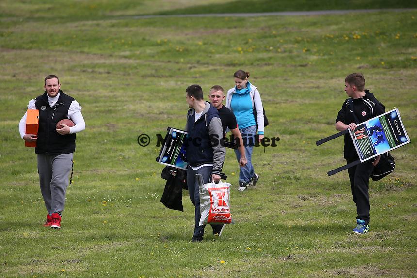 Footballer der Rüsselsheim Crusaders kommen zum Training auf den Mainwiesen