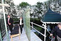 ALGEMEEN: OUWSTERHAULE: De Klokkenstoel aan de Jetze Veldstraweg, 22-05-2012, Repetitie Iepenloftspul 'Teatske', Durk Feenstra (Rein Leenstra), Advocaat Mast (Folkeline Papjes),   ©foto Martin de Jong