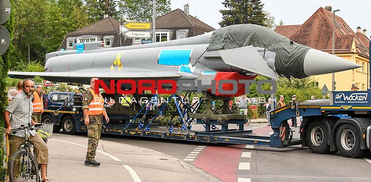 21.07.2020, Stadtmitte, Kaufbeuren, GER, Transport eines Eurofighters nach Ingolstadt / Manching, mittels eines Schwertransporters wird ein Eurofighter Typhoon vom Fliegerhorst Kaufbeuren zum Fliegerhorst nach Manching transportiert. Der Transport erfolgt via B12, A7 und A8 und A9.<br /> im Bild im Schritttempo rollt der Transport durch die Straßen von Kaufbeuren. Viele Schaulustige verfolgen den Transport<br /> <br /> Foto © nordphoto / Hafner