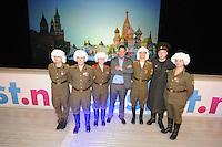 SCHAATSEN: ZAANDAM: 08-10-2013, Taets art Gallery, Perspresentatie Team Beslist.nl, Directeur Kees Verpalen te midden van de Russen, ©foto Martin de Jong