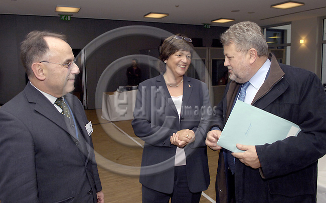 Brussels-Belgium - 29 November 2006---Meeting of the Aachen-Group (Belgium, Germany, Italy, Luxembourg, Portugal, Spain, UK) at the Permanent Representation of Germany to the EU; here, Ulla SCHMIDT (ce), Federal Minister of Health of Germany, with MEP Robert GOEBBELS (Lux/PES) (ri), and Dr. Peter POMPE (le), Head of Division at the Ministry of Health of Germany---Photo: Horst Wagner/eup-images
