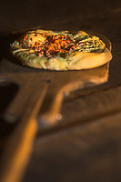 Europe/Allemagne/Bade-Würrtemberg/Forêt Noire/ Gengenbach: Boulangerie: Holzofenbäckerei Klostermühle , ancienne boulangerie de l'Abbaye - Cuisson des Datschkuchem, tarte au fromage et lardon sur une pâte à pain