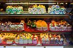 Londyn, 2009-03-05. Witryna wystawowa sklepu ze słodyczami w chińskiej dzielnicy. Soho.