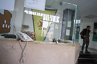 Sehid Xebat Hospital unter YPG-Verwaltung in Qamishli, Rojava/Syrien.<br /> Im Bild: Empfangstresen.<br /> 14.12.2014, Qamishli/Rojava/Syrien<br /> Copyright: Christian-Ditsch.de<br /> [Inhaltsveraendernde Manipulation des Fotos nur nach ausdruecklicher Genehmigung des Fotografen. Vereinbarungen ueber Abtretung von Persoenlichkeitsrechten/Model Release der abgebildeten Person/Personen liegen nicht vor. NO MODEL RELEASE! Nur fuer Redaktionelle Zwecke. Don't publish without copyright Christian-Ditsch.de, Veroeffentlichung nur mit Fotografennennung, sowie gegen Honorar, MwSt. und Beleg. Konto: I N G - D i B a, IBAN DE58500105175400192269, BIC INGDDEFFXXX, Kontakt: post@christian-ditsch.de<br /> Bei der Bearbeitung der Dateiinformationen darf die Urheberkennzeichnung in den EXIF- und  IPTC-Daten nicht entfernt werden, diese sind in digitalen Medien nach &sect;95c UrhG rechtlich geschuetzt. Der Urhebervermerk wird gemaess &sect;13 UrhG verlangt.]