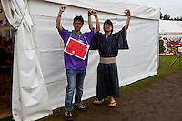 Two Japanese scouts are posing in front of Japans food-house. Photo: Kim Rask/Scouterna