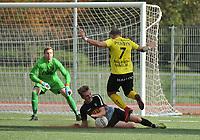 SCT MENEN - RC GENT :<br /> Brian Vercruysse (onder) sleept de bal met de hand weg voor de dribbelende David Cardon (7). Enkel de referee had niks gezien<br /> <br /> Foto VDB / Bart Vandenbroucke