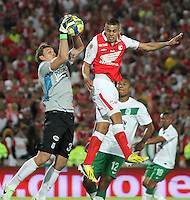 BOGOTÁ -COLOMBIA, 17-07-2013. Franco Armani  guardameta del Atlético Nacional disputa el balón contra Yulián Anchico del Independiente Santa Fe durante la final de la Liga Postobón en el   estadio Nemesio Camacho El Campín de la capital / Atletico goalkeeper Franco Armani National XXXXXX fights for the ball against Independiente Santa Fe during Postobón League final in the Estadio Nemesio Camacho El Campin in the capital <br />  . Photo: VizzorImage/ Felipe Caicedo/ STAFF