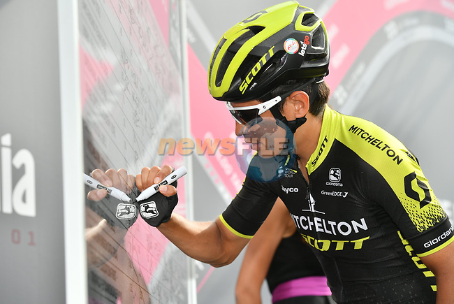Esteban Chaves (COL) Mitchelton-Scott at sign on before the start of Stage 20 of the 2018 Giro d'Italia, running 214km from Susa to Cervinia is the final mountain stage, with the last three climbs of Giro 101 deciding the GC of the Corsa Rosa, Italy. 26th May 2018.<br /> Picture: LaPresse/Massimo Paolone | Cyclefile<br /> <br /> <br /> All photos usage must carry mandatory copyright credit (© Cyclefile | LaPresse/Massimo Paolone)