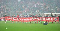 FUSSBALL   1. BUNDESLIGA  SAISON 2011/2012   17. Spieltag   16.12.2011 FC Bayern Muenchen - 1. FC Koeln        Das Team des FC Bayern Muenchen bedankt sich mit einem Plakat bei Ihren Fans fuer die Unterstuetzung im Jahr 2011!