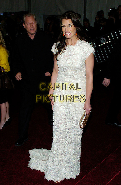 "BROOKE SHIELDS.2007 Metropolitan Museum of Art Costume Institute Gala celebrating ""Poiret: King of Fashion"" exibition at the Metropolitan Museum of Art, New York City, New York, USA..May 7th, 2007.full length white lace dress crochet clutch purse satin smiling funny face.CAP/ADM/BL.©Bill Lyons/AdMedia/Capital Pictures *** Local Caption ***"