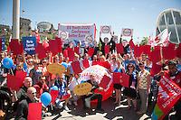 """Berlin, Teilnehmer am Europaeischen Jugendgipfel nehmen am Mittwoch (01.04.2015) im Regierungsviertel an einer Aktion """"Stop Talking - Act Now! For a better Europe!"""" in der Nähe des Kanzleramts teil. Foto: Steffi Loos/CommonLens"""