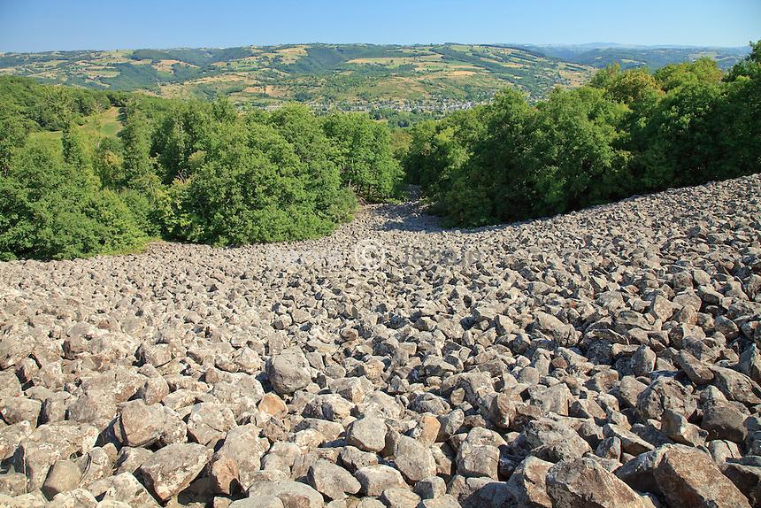France, Aveyron (12), Saint-Côme-d'Olt, la coulée de lave de Roquelaure ou Le Clapas de Thubiès, un éboulis de rochers basaltiques qui descend sur près de 2km // France, Aveyron (12), Saint-Côme-d'Olt, the lava flow or Roquelaure or The Clapas Thubiès, a basaltic rock slide that descends for nearly 2km