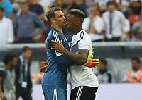 Torwart Manuel Neuer (Deutschland Germany) und Jerome Boateng (Deutschland Germany) umarmen sich vor dem Anpfiff - 08.06.2018: Deutschland vs. Saudi-Arabien, Freundschaftsspiel, BayArena Leverkusen