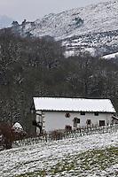 Europe/France/Aquitaine/64/Pyrénées-Atlantiques/Pays Basque/Sare: Fermes sous la neige dans les Pyrénées basques