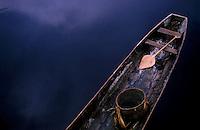 Demarcação TI alto e médio rio Negro<br /> <br /> Canoa com cesto e remo da aldeia Tumbira, território Tukano.<br /> Rio Curícuríarí, São Gabriel da Cachoeira, Amazonas, Brasil.<br /> Foto Paulo Santos<br /> 1997