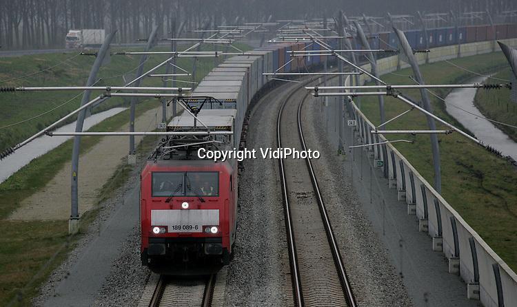 Foto: VidiPhoto..LEERDAM - Goederenvervoer op de Betuweroute bij Leerdam.