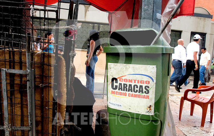 Street vendors mount their tents in dowtown Caracas, Venezuela, on Thursday, Jun. 22, 2006. Street vendors took control of sidewalks in downtown Caracas and are the main difficulty for the police to keep citizens safe. (ALTERPHOTOS/Alvaro Hernandez)