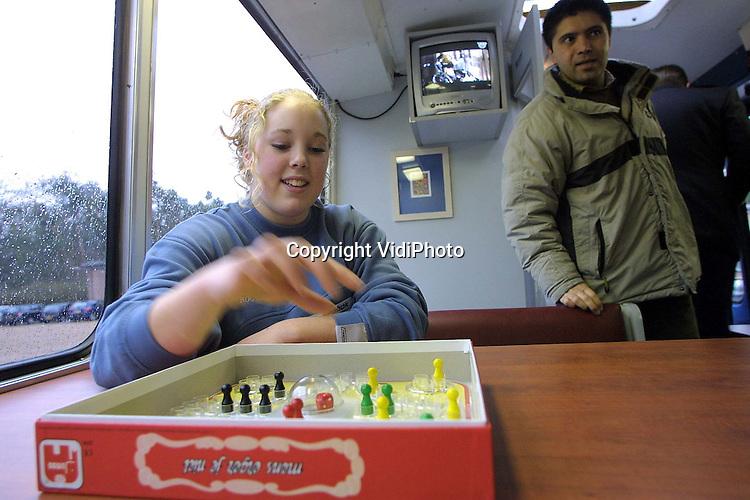 Foto: VidiPhoto..APELDOORN - Apeldoornse jongeren hebben sinds woensdag een eigen bus. De jongerenbus -initiatief van diverse organisaties, gemeente en politie-  is een mobiel alternatief voor de jongerenhonken. De bus zit vol met technische snufjes, zoals computers, internet en audio-visuele middelen. Verder bevindt zich in de bus sport- en spelmateriaal. Doel van de bus is te voorkomen dat jongeren op straat gaan hangen. De mobiele ontmoetingsplek zwerft de komende tijd door Apeldoorn.