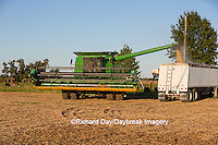 63801-07204 Farmer harvesting soybeans, Marion Co., IL