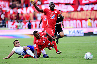 CALI - COLOMBIA, 12- 05-2019: Yesús Cabrera de América de Cali, disputa el balón con Jhon Duque de Millonarios, durante partido entre América de Cali y Millonarios, de la fecha 1 de los cuadrangulares semifinales por la Liga Águila I 2019 jugado en el estadio Pascual Guerrero de la ciudad de Cali. / Yesús Cabrera of America de Cali de Cali, vies for the ball with Jhon Duque of Millonarios, during a match between America de Cali and Millonarios, of the 1st date of the semifinals quarters for the Aguila Leguaje I 2019 at the Pascual Guerrero stadium in Cali city. Photo: VizzorImage / Nelson Ríos / Cont.