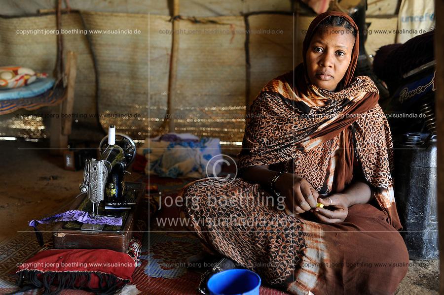 BURKINA FASO Dori , malische Fluechtlinge, vorwiegend Tuaregs, im Fluechtlingslager Goudebo des UN Hilfswerks UNHCR, sie sind vor dem Krieg und islamistischem Terror aus ihrer Heimat in Nordmali geflohen, Tuareg Frau MADINA WI SOUFIANE aus Gao /<br /> BURKINA FASO Dori, malian refugees, mostly Touaregs, in refugee camp Goudebo of UNHCR, they fled due to war and islamist terror in Northern Mali