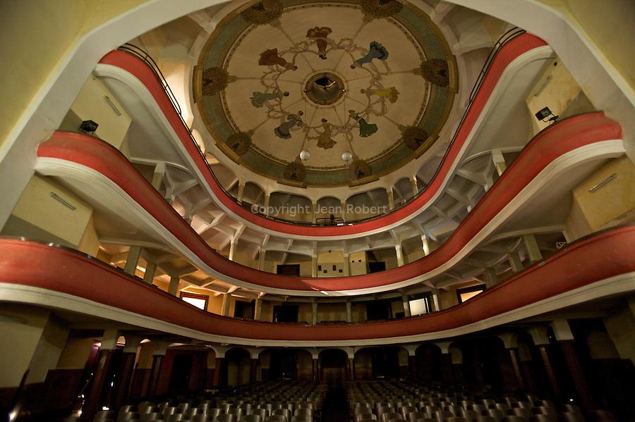 Opera d Asmara, construit en 1920 et decore par Oduardo Cavagnari. Il offre trois etages et un magnifique plafond peint..Asmara theatre, constructed in 1920 and designed by Oduardo Cavagnari. It contains three galleries and a fine painted cellar.