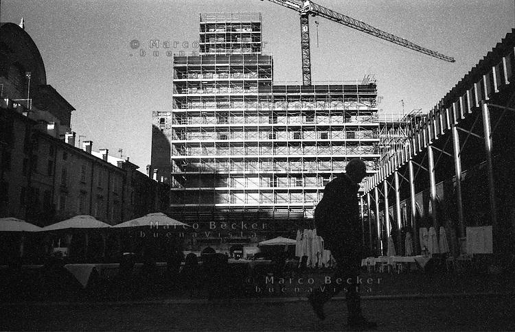 Mantova, piazza delle Erbe. Palazzo del Podestà in fase di restauro --- Mantua, piazza delle Erbe. Palazzo del Podestà under restoration