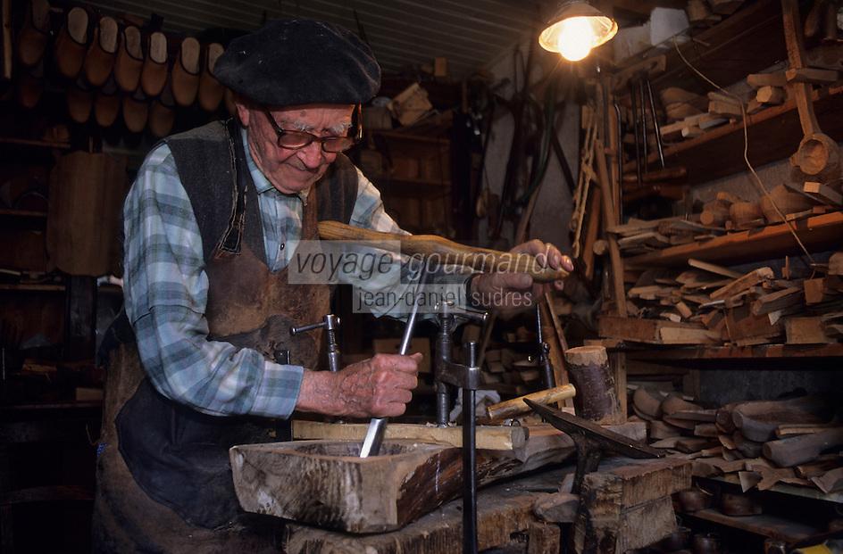 Europe/France/Midi-Pyrénées/12/Aveyron/Marcillac-Vallon  : Sabotier Urbain Lacaze [Non destiné à un usage publicitaire - Not intended for an advertising use] [(<br /> PHOTO D'ARCHIVES // ARCHIVAL IMAGES<br /> FRANCE 2000