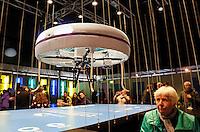 Nederland Eindhoven 2016 04 23. TU Eindhoven. Een groep van twintig studenten van TU Eindhoven houdt gedurende drie dagen een dronecafé in de lucht. Op de campus kunnen bezoekers in de periode 22 tot 24 april bij drones bestellingen doen die ook door drones worden geserveerd. Blue Jay, zoals het pop-up café gaat heten, is onderdeel van een driedaags Dream & Dare Festival ter ere van het zestigjarig bestaan van de universiteit. In het café wil de groep studenten bezoekers uitdagen mee te denken over nieuwe toepassingen met drones. Denk daarbij aan het voorkomen van brand, inbrekers opsporen of medicijnen rondbrengen. Foto Berlinda van Dam / Hollandse Hoogte