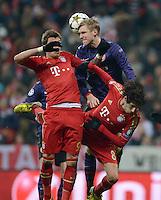 FUSSBALL  CHAMPIONS LEAGUE  ACHTELFINALE  HINSPIEL  2012/2013      FC Bayern Muenchen - FC Arsenal London     13.03.2013 Mario Mandzukic (li) und Javi Martinez (re, beide FC Bayern Muenchen) gegen Per Mertesacker (Mitte, Arsenal)