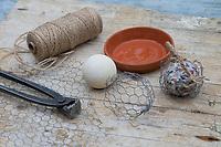 """Knödelschaukel, Knödel-Körbchen, Meisenknödel-Schaukel, Halterung basteln für Meisenknödel aus Maschendraht, Kaninchendraht und Schnur. benötigt wird: Kaninchendrahlt, Schnur, Ball, Drahlzange, runder Blumenuntersetzer. Selbstgemachte Fettfuttermischung, Fettfutter aus Kokosfett, Sonenblumenkernen, Erdnussbruch, Körnermix, Körnermischung, Sonnenblumenöl, Vogelfutter selbst herstellen, Vogelfutter selber machen, Vogelfutter selbermachen, Vogelfütterung, Fütterung, bird's feeding, """"upcycling, Wiederverwertung"""""""