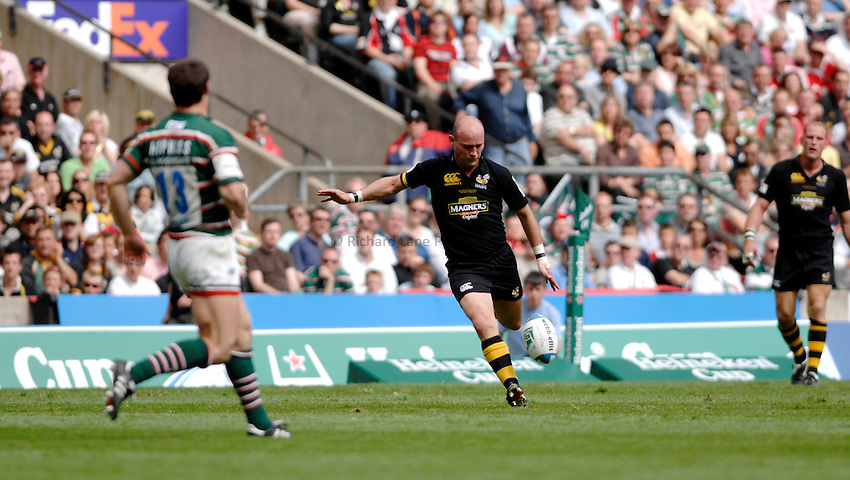 Photo: Richard Lane..London Wasps v Leicester Tigers. Heineken Cup Final. 20/05/2007..Alex King of Wasps kicks.