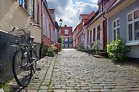 Denmark, Jutland, Aalborg: Cobblestone alley near Vor Frue Kirke in the old town | Daenemark, Juetland, Aalborg: Altstadtgasse mit Kopfsteinpflaster