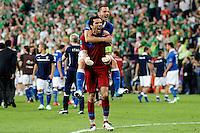 POZNAN, POLONIA, 18 JUNHO 2012 - EURO 2012 - ITALIA X IRLANDA - O goleiro Gianluigi Buffon e Leonardo Bunucci celebram classificação da Italia para as quartas de finais da Euro 2012, apos vencer a Irlanda na ultima rodada do Grupo C em Poznan na Polonia , nesta segunda-feira , 18. (FOTO: PIXATHLON / BRAZIL PHOTO PRESS).