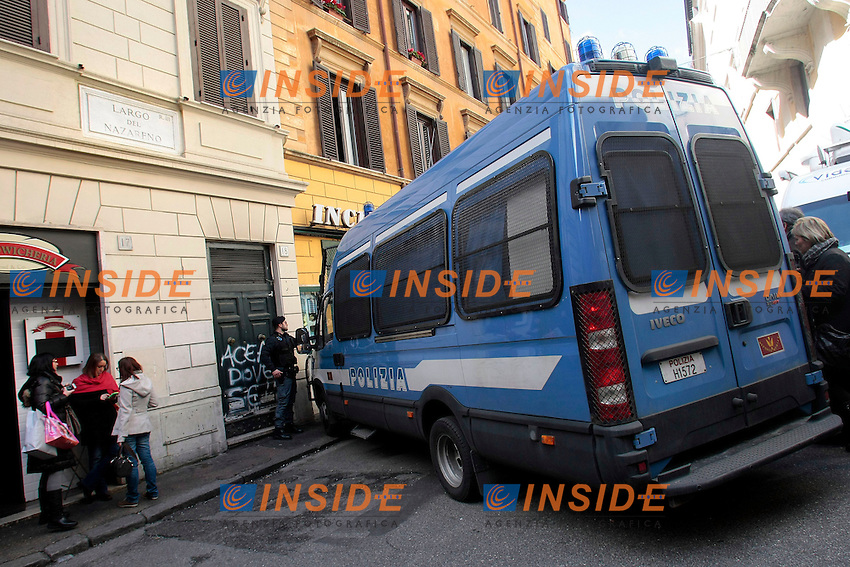 Blindati della polizia chiudono la via del Nazareno dive si trova la sede del PD<br /> Roma 13/02/2014 Direzione del Partito Democratico.<br /> Photo Samantha Zucchi Insidefoto