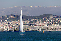 Europe/France/Provence-Alpes-Côte d'Azur/Alpes-Maritimes/Cannes:  Le Front de Mer et la Croisette, en fond les Alpes //    Europe, France, Provence-Alpes-Côte d'Azur, Alpes-Maritimes, Cannes: Cannes: The Waterfront and the Croisette